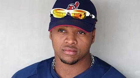 Dominicano Carlos Santana inicia una triple matanza en MLB