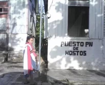 Observen detenidamente local, tratando la bandera dominicana como un trapo