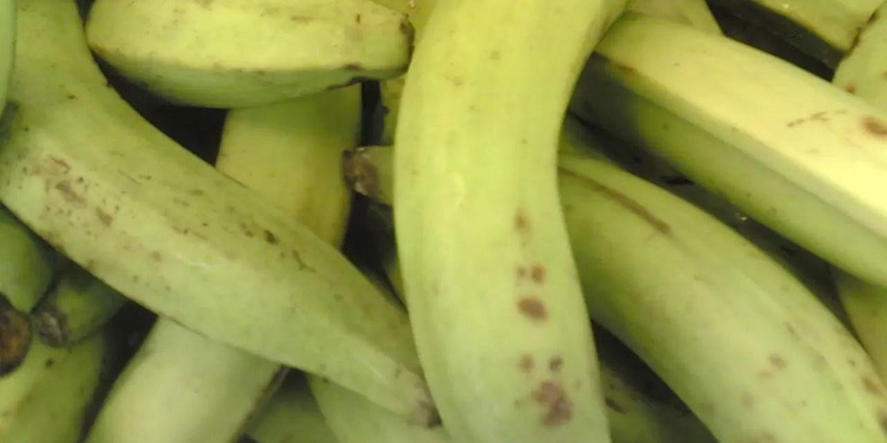 Los plátanos se venden entre $20 y $30 pesos en los colmados