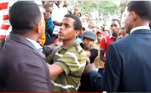 Por protestar contra la instalación de la base naval en la Isla Saona fueron maltratados en el Desfile Militar del Presidente (video)