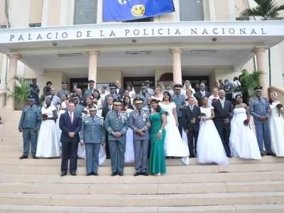 Jefe de la Policía fue padrino de 16 matrimonios en una boda colectiva