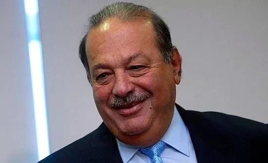 Jóvenes peruanos protestan por presencia de magnate Carlos Slim