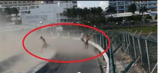 Mujer lanzada por la turbina de un avión (video)