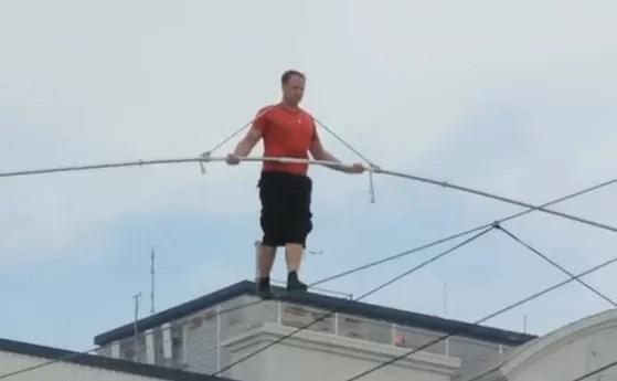 Equilibrista camina en un cable a 30 metros por encima de una playa EEUU (video)