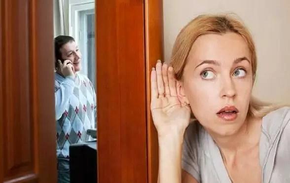 mujer celosa espia