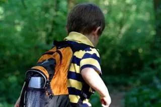 Hallan pistola en mochila de niño de 7 años en escuela de Estados Unidos