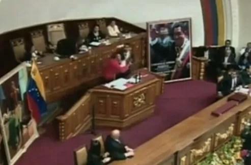 Un hombre irrumpe  juramentación de Nicolás Maduro (video)