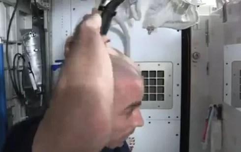 Aprenda a afeitarse la cabeza en el espacio (video)
