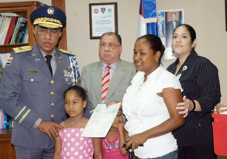 Entregan cheques a familiares de Policías asesinados por delincuentes