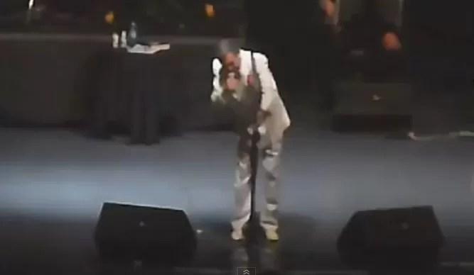 José José sufre dolorosa caída durante concierto (video)