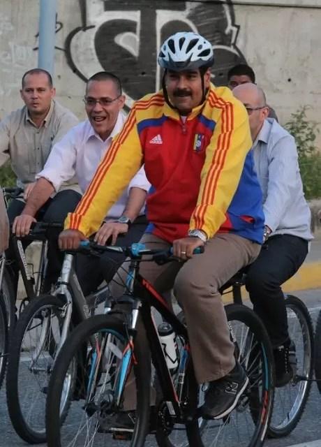 Maduro se cayó de la bicicleta durante recorrido por Caracas (Video)