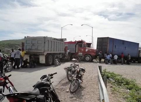 Transportistas de Jimaní mantienen  el bloqueo del paso fronterizo hacía Haití