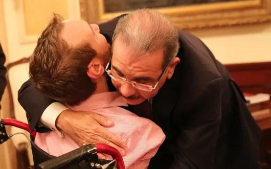 Nick Vujicic recibe un abrazo de Danilo Medina