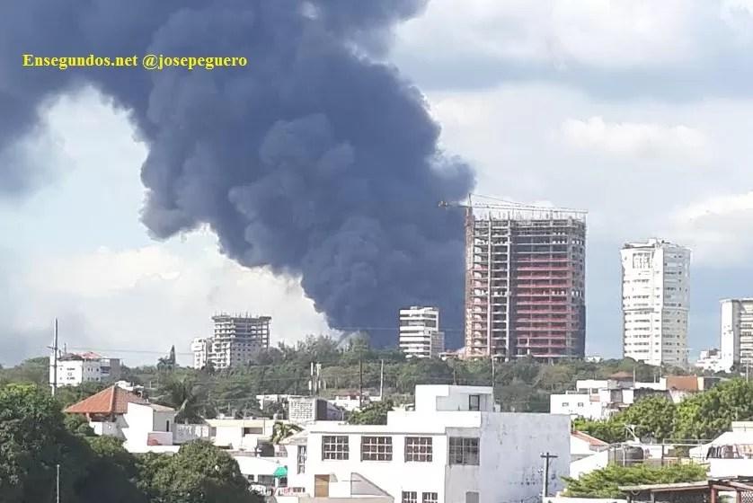 Incendio destruye la fábrica de plásticos Duralón (Imágenes)