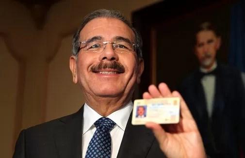 Danilo Medina con su nueva cedula