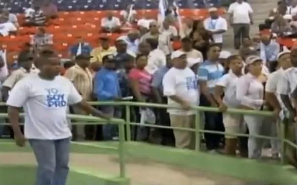 Perredeistas Dejan Solo A Miguel Vargas Mientras Daba Discurso (Video)