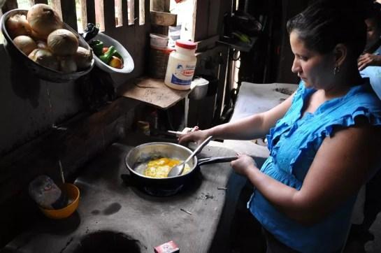 Mujer cocinando con Biogas