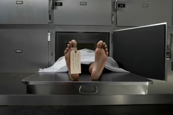 """Lo declaran muerto y """"resucita"""" en la morgue"""