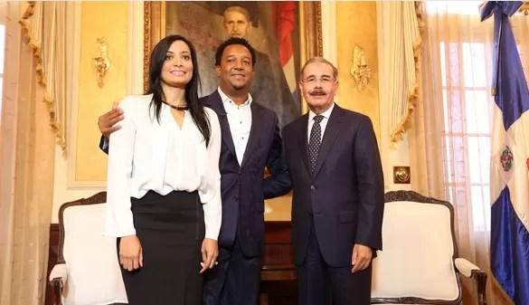 Pedro Martinez, su esposa y Danilo Medina