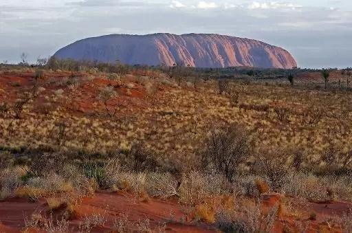 El macizo de Uluru de 348 metros en el desierto central de Australia el 16 de febrero de 2007 (AFP/Archivos | Torsten Blackwood)
