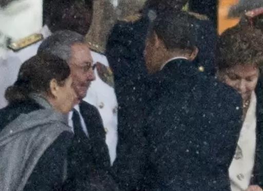 El presidente estadounidense Barack Obama (derecha) saluda al líder cubano Raúl Castro durante el velorio del fallecido presidente sudafricano Nelson Mandela en Johanesburgo el 10 de diciembre de 2013 (AFP/Archivos | Odd Andersen)