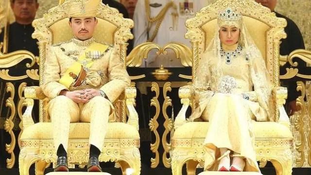 Los novios vistieron trajes de oro con diamantes. La novia utilizó una ramo de gemas lugar de flores