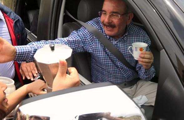 Danilo medina tomando cafe