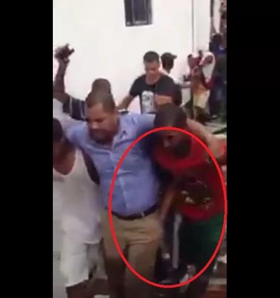 Video: Así le robaron la cartera al piloto del helicóptero que cayó ayer