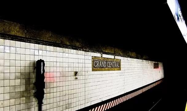 Mujer cae a vías del metro cuando intentaba orinar entre vagones