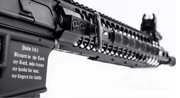 """Compañía de armas de EEUU vende el primer rifle """"cristiano"""""""