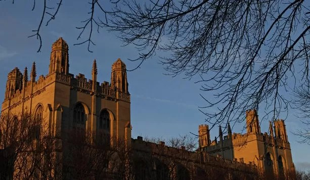 Universidad de Chicago cancela clases por amenaza de tiroteo