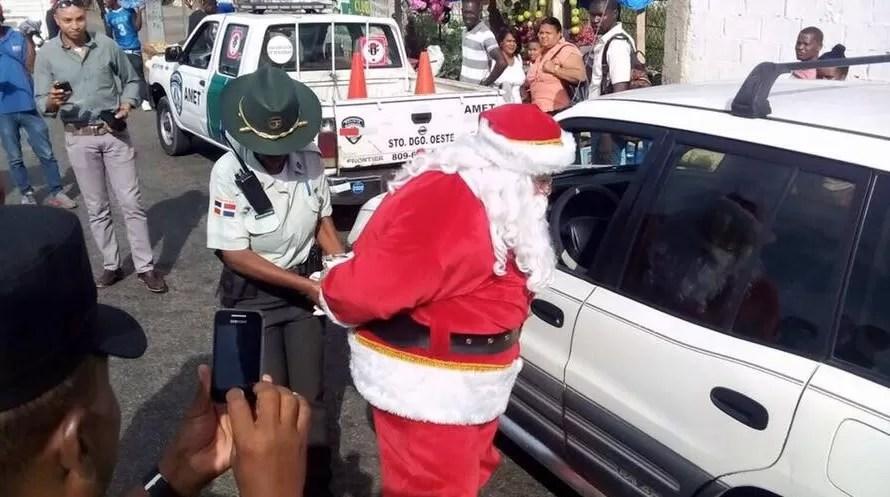 Video: Agentes de Amet detienen a Santa Claus