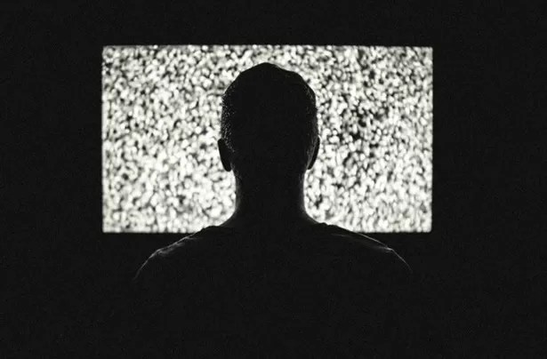 Duró cuatro meses viendo la televisión con el cadáver de su padre