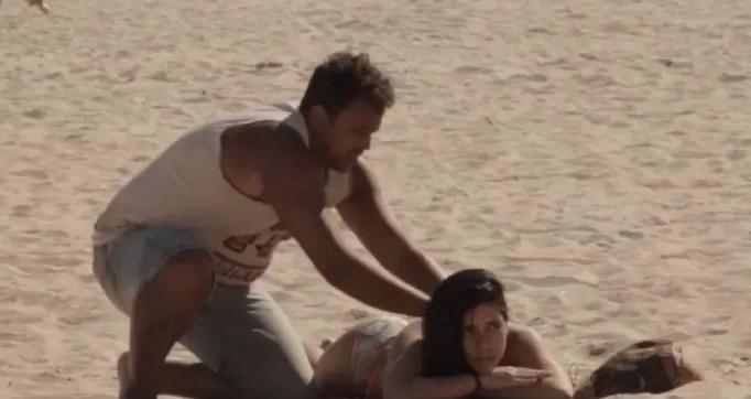 mujer playa bronceador