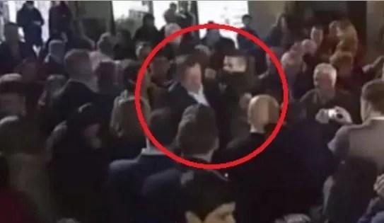 Video: Rajoy recibe un puñetazo en pleno paseo electoral