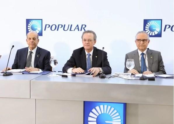 En la foto el señor Grullón se encuentra acompañado, de izquierda a derecha, por los señores Marino D. Espinal y Práxedes Castillo P.