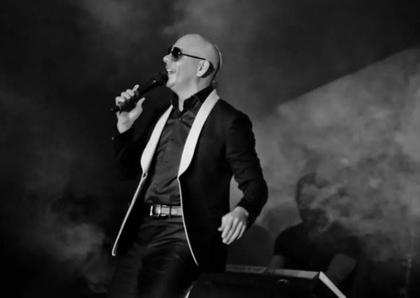 Pitbull cantando