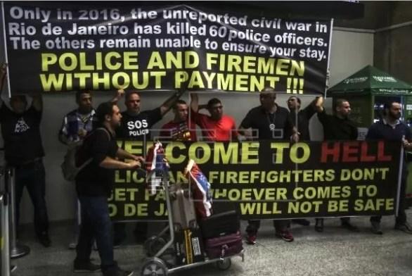 Policías y bomberos del estado de Río de Janeiro protestan por el retraso en sus salarios y por mejores condiciones de trabajo hoy, lunes 4 de julio de 2016, en el aeropuerto internacional de Río de Janeiro (Brasil). EFE