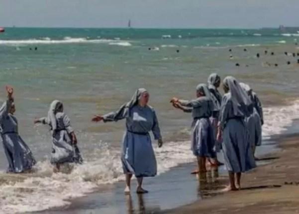 Monjas en la playa