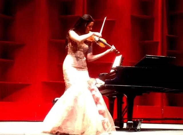 Aisha Syed Castro celebró como debía los 15 años de su debut en el Teatro Nacional, volviendo al mismo escenario y tocando el corazón de un auditorio que aplaudió a rabiar.