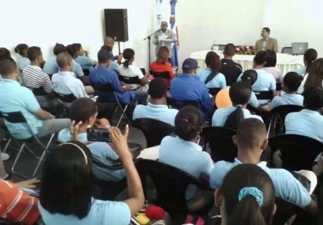 El periodista Fausto Polanco mientras era escuchado por los estudiantes.