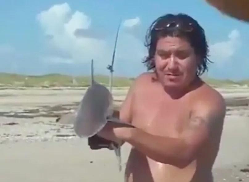 Posando con tiburon
