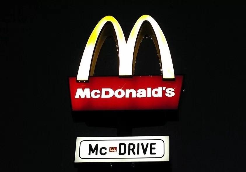 McDonald's aumenta salarios para atraer nuevos empleados