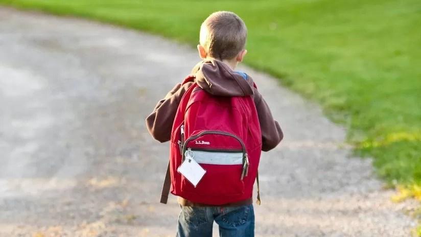 Un niño de 5 años lleva heroína a la escuela y afirma que cuando la prueba se siente como 'Spiderman'