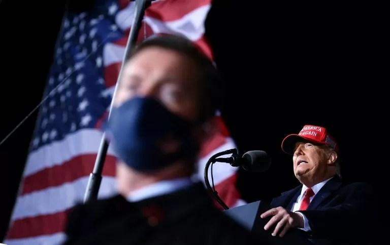 """Trump arremete contra los """"estúpidos"""" críticos de partido"""