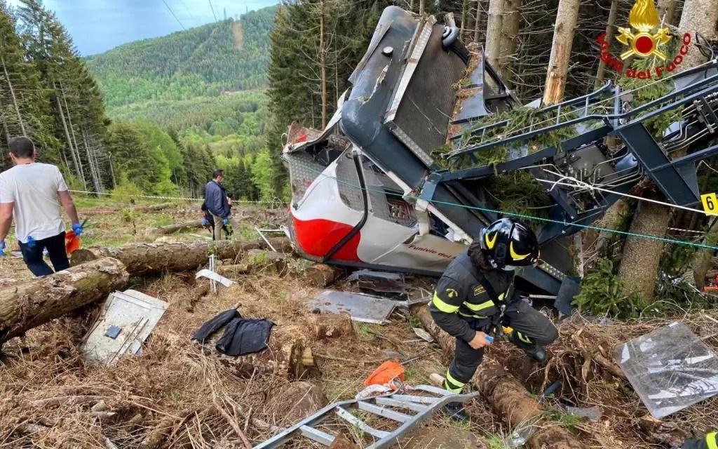 Mueren al menos 14 personas en Italia luego de que un teleférico se desplomara
