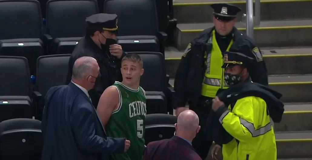 Arrestan a aficionado de los Celtics tras lanzamiento de botella a Irving