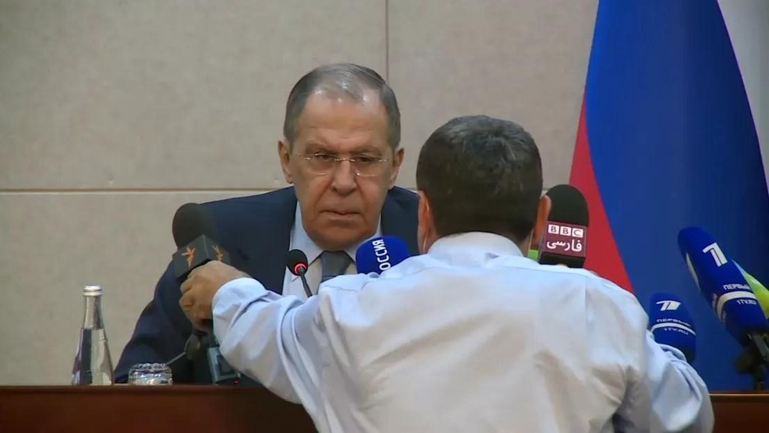 VIDEO: Un periodista interrumpe al canciller ruso durante una conferencia de prensa y así reacciona