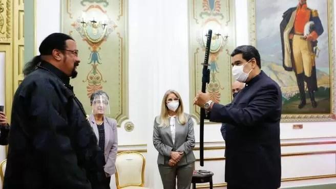 Video: Nicolás Maduro exhibe su 'destreza' con la espada