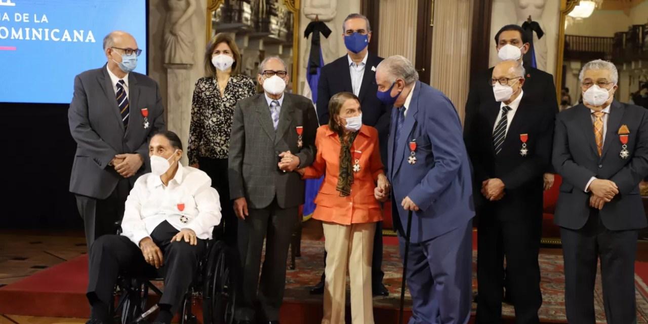 Presidente Abinader reconoce a siete médicos dominicanos